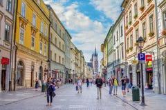 Εικονική παράσταση πόλης της παλαιών πόλης, των τουριστών και των πολιτών που περπατούν στην οδό Florianska Στοκ Φωτογραφία