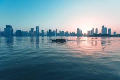 Εικονική παράσταση πόλης της Σάρτζας στο ηλιοβασίλεμα εμιράτα που ενώνονται αρα στοκ φωτογραφίες