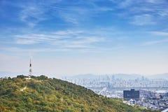 Εικονική παράσταση πόλης της Σεούλ, ο ραδιο πύργος στο βουνό με τη Σεούλ κάτω Στοκ Φωτογραφίες