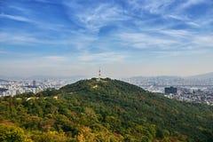 Εικονική παράσταση πόλης της Σεούλ, ο ραδιο πύργος στο βουνό με τη Σεούλ κάτω Στοκ φωτογραφία με δικαίωμα ελεύθερης χρήσης