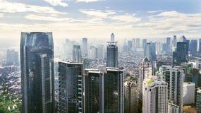 Εικονική παράσταση πόλης της Τζακάρτα με τα σύγχρονα κτίρια γραφείων και τα διαμερίσματα κάτω από το μπλε ουρανό Στοκ εικόνα με δικαίωμα ελεύθερης χρήσης