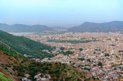 Εικονική παράσταση πόλης της πόλης του Jaipur με τους οριοθετώντας λόφους aravali Στοκ Φωτογραφία