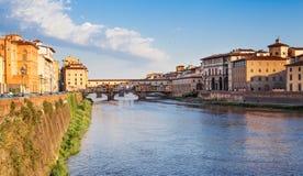 Εικονική παράσταση πόλης της Φλωρεντίας Διάσημη γέφυρα Ponte Vecchio πέρα από τον ποταμό Arno στη Φλωρεντία, Ιταλία στοκ φωτογραφία