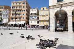 Εικονική παράσταση πόλης της πόλης Kerkyra της Κέρκυρας με τους ανθρώπους που περπατούν μέσω γεια Στοκ φωτογραφία με δικαίωμα ελεύθερης χρήσης