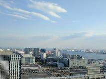 Εικονική παράσταση πόλης του υποβάθρου κόλπων πόλεων και του Τόκιο Odaiba με το μπλε ουρανό στοκ εικόνα με δικαίωμα ελεύθερης χρήσης