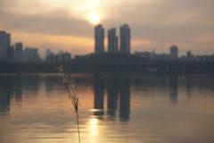 Εικονική παράσταση πόλης κατά μήκος του ποταμού Han στη Σεούλ στο σούρουπο Στοκ Εικόνα