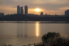 Εικονική παράσταση πόλης κατά μήκος του ποταμού Han στη Σεούλ στο σούρουπο Στοκ Φωτογραφία