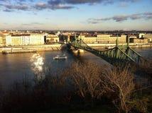 Εικονική παράσταση πόλης με τη γέφυρα πέρα από Δούναβη Στοκ εικόνα με δικαίωμα ελεύθερης χρήσης