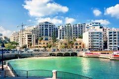Εικονική παράσταση πόλης με τον κόλπο Spinola, ST Julians στην ηλιόλουστη ημέρα, Μάλτα Στοκ Εικόνα