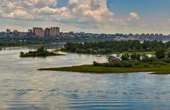 Εικονική παράσταση πόλης με τον ποταμό και τα σύννεφα Στοκ Φωτογραφίες