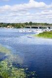Εικονική παράσταση πόλης με τον ποταμό και το νεφελώδη ουρανό στοκ φωτογραφίες με δικαίωμα ελεύθερης χρήσης