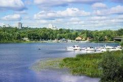 Εικονική παράσταση πόλης με τον ποταμό και το νεφελώδη ουρανό στοκ φωτογραφία