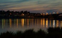 Εικονική παράσταση πόλης με τον ποταμό μετά από το ηλιοβασίλεμα Στοκ Εικόνες