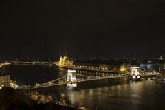 Εικονική παράσταση πόλης με τον ποταμό τη νύχτα Στοκ Φωτογραφίες