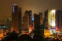 Εικονική παράσταση πόλης με τους ουρανοξύστες σε Kowloon, Χογκ Κογκ, τη νύχτα Στοκ εικόνα με δικαίωμα ελεύθερης χρήσης