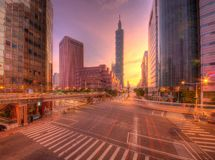Εικονική παράσταση πόλης μιας γωνίας του δρόμου στη στο κέντρο της πόλης πόλη της Ταϊπέι με τα ίχνη κυκλοφορίας στο λυκόφως πρωιν Στοκ Φωτογραφία