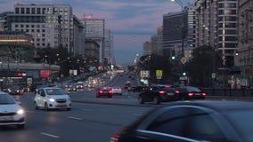 Εικονική παράσταση πόλης στο σούρουπο με την κυκλοφορία αυτοκινήτων σε μια οδό μεγαλουπόλεων απόθεμα βίντεο