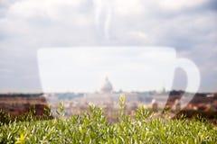 Εικονική παράσταση πόλης της Ρώμης και ένα φλυτζάνι cappuccino διπλή έκθεση Στοκ φωτογραφία με δικαίωμα ελεύθερης χρήσης