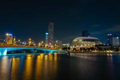 Εικονική παράσταση πόλης της Σιγκαπούρης πέρα από τον κόλπο κατά τη διάρκεια της νύχτας στοκ φωτογραφία