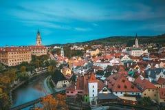 Εικονική παράσταση πόλης Cesky Krumlov, Τσεχία Νύχτα βραδιού φθινοπώρου Στοκ Φωτογραφία