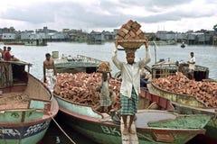 Εικονική παράσταση πόλης Dhaka με τους εργαζομένους, την τρώγλη, τον ποταμό και τις βάρκες στοκ εικόνες