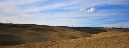 Εικονικοί τομείς της Τοσκάνης με το σαφή ουρανό, Ιταλία στοκ εικόνα