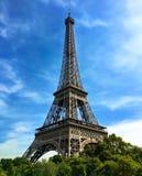Εικονικός πύργος του Παρισιού Άιφελ ενάντια σε έναν φωτεινό μπλε ουρανό Στοκ εικόνα με δικαίωμα ελεύθερης χρήσης