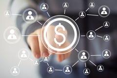 Εικονικό κουμπί εικονιδίων ώθησης επιχειρηματιών με τον Ιστό δολαρίων Στοκ Φωτογραφία