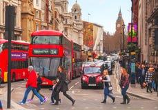 Εικονικό κόκκινο διπλό λεωφορείο καταστρωμάτων στο Λονδίνο, UK Στοκ Εικόνες