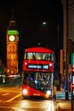 Εικονικό κόκκινο διπλό λεωφορείο καταστρωμάτων στο Λονδίνο, UK Στοκ εικόνα με δικαίωμα ελεύθερης χρήσης