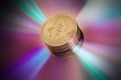 Εικονικό νόμισμα Bitcoin Εμπορικές συναλλαγές με Bitcoin Ο κίνδυνος ένα εικονικό νόμισμα Crypto έννοια υποβάθρου νομίσματος Στοκ Φωτογραφία