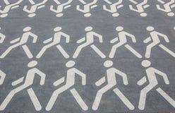εικονογράμματα των ανθρώπων που περπατούν στις σειρές στην άσφαλτο Στοκ φωτογραφίες με δικαίωμα ελεύθερης χρήσης