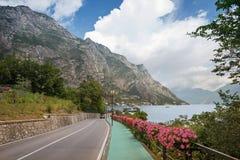 Εικονογραφικός δρόμος όχθεων της λίμνης με τη διακόσμηση λουλουδιών κοντά στο limone, Gard στοκ φωτογραφία με δικαίωμα ελεύθερης χρήσης