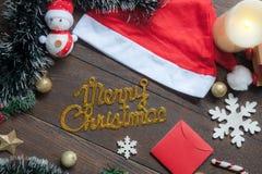 Εικόνα άποψης επιτραπέζιων κορυφών του κειμένου Χαρούμενα Χριστούγεννας με τη διακόσμηση & της διακόσμησης για τη χειμερινή εποχή Στοκ εικόνες με δικαίωμα ελεύθερης χρήσης