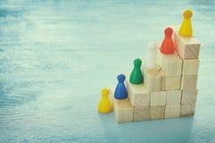 εικόνα έννοιας των ξύλινων φραγμών που συσσωρεύουν ως διάγραμμα ή σκάλα έννοια για την αύξηση και την επιτυχία στοκ εικόνες