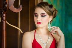 εικόνα αναδρομική Κορίτσι με την όμορφη σύνθεση ματιών και τα κόκκινα χείλια Στοκ Εικόνα