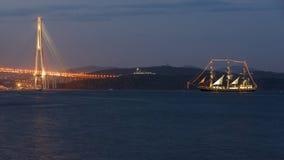 Εικόνα βραδιού του κόλπου θάλασσας με το σκάφος, γέφυρα Στοκ Εικόνες