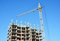 Εικόνα γερανών πύργων με το διάστημα αντιγράφων Εργοτάξιο κατασκευής σπιτιών Στοκ Εικόνες