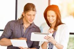 Εικόνα δύο νέων επιχειρηματιών στην αρχή στοκ εικόνες με δικαίωμα ελεύθερης χρήσης