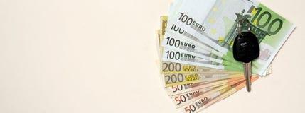 Εικόνα εμβλημάτων - νέο κλειδί αυτοκινήτων στο ευρο- υπόβαθρο χρημάτων Στοκ φωτογραφίες με δικαίωμα ελεύθερης χρήσης