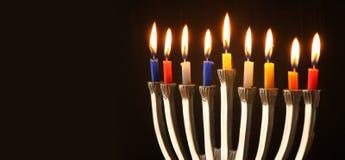 Εικόνα εμβλημάτων ιστοχώρου των εβραϊκών διακοπών Hanukkah με το menorah (παραδοσιακά κηροπήγια) Στοκ Εικόνα