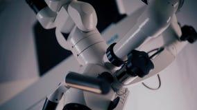 Εικόνα ενός λειτουργούντος μικροσκοπίου σε ένα εργαστήριο Ιατρική οπτική συσκευή απόθεμα βίντεο