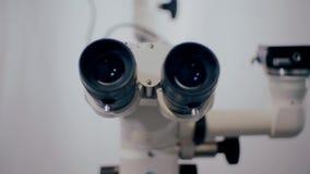 Εικόνα ενός λειτουργούντος μικροσκοπίου σε ένα εργαστήριο Ιατρική οπτική συσκευή φιλμ μικρού μήκους