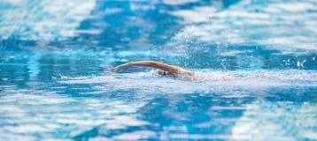 Εικόνα ενός νεαρού άνδρα που κολυμπά στο ελεύθερο ύφος τη λίμνη στοκ εικόνες