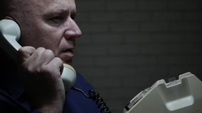 Εικόνα επιχειρηματιών που λειτουργεί αργά στο δωμάτιο γραφείων και που μιλά χρησιμοποιώντας το παλαιό τηλέφωνο φιλμ μικρού μήκους
