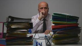 Εικόνα επιχειρηματιών που σκέφτεται σκεπτική στο γραφείο λογιστικής στοκ φωτογραφία με δικαίωμα ελεύθερης χρήσης