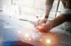 Εικόνα επιχειρησιακής έννοιας Διευθυντής χρηματοδότησης που απασχολείται στο νέο σύγχρονο γραφείο προγράμματος ξεκινήματος Σχετικ Στοκ φωτογραφία με δικαίωμα ελεύθερης χρήσης