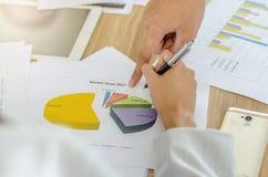 Εικόνα επιχειρησιακών ομάδων του αρσενικού χεριού που δείχνει στο επιχειρησιακό έγγραφο κατά τη διάρκεια της συζήτησης στη συνεδρ στοκ εικόνες με δικαίωμα ελεύθερης χρήσης