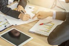 Εικόνα επιχειρησιακών ομάδων του αρσενικού χεριού που δείχνει στο επιχειρησιακό έγγραφο κατά τη διάρκεια της συζήτησης στη συνεδρ στοκ εικόνα