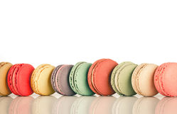 Εικόνα εστίασης σωρών ζωηρόχρωμου γαλλικού Macarons Στοκ φωτογραφία με δικαίωμα ελεύθερης χρήσης